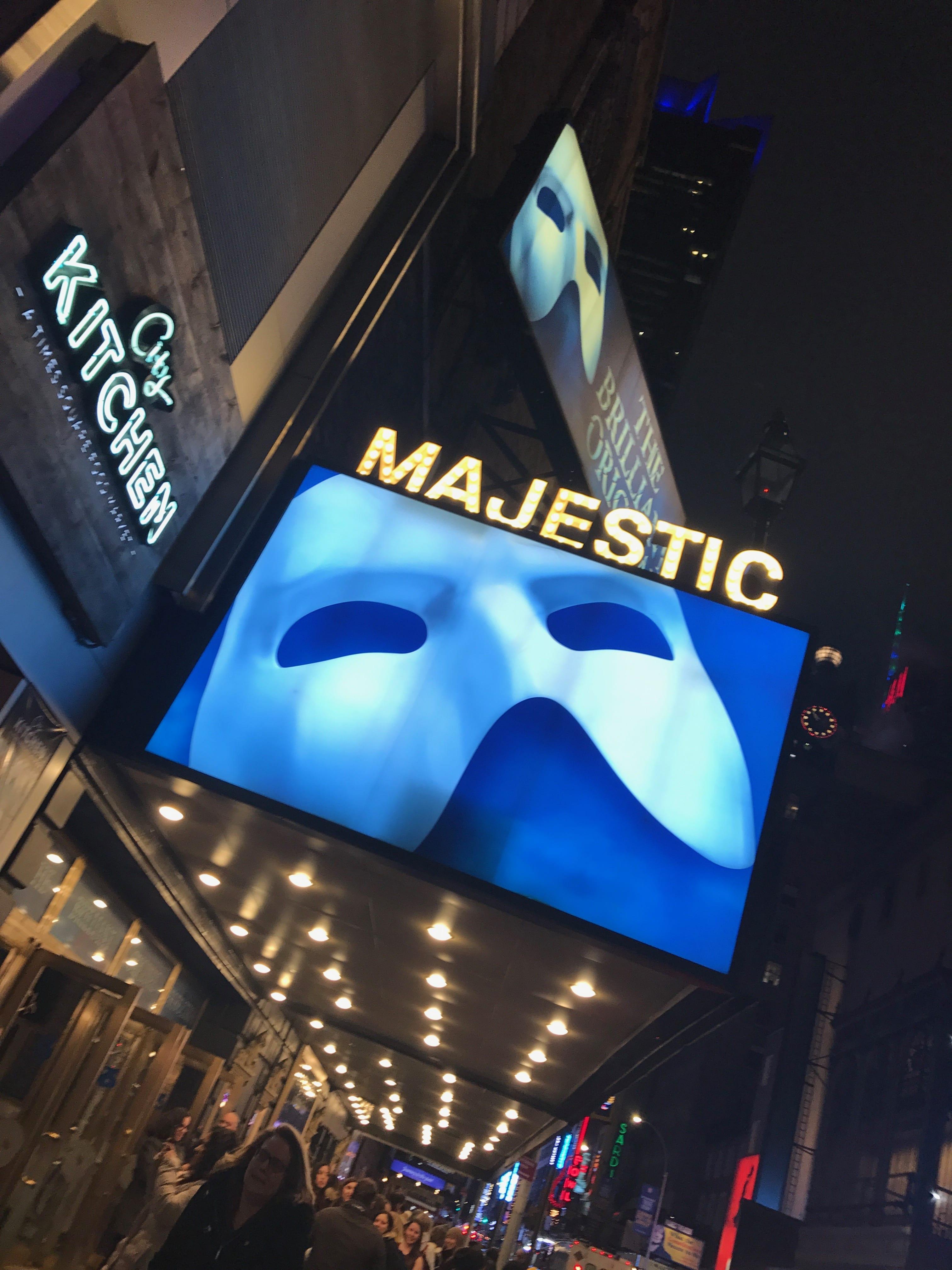 ブロードウェイの「オペラ座」劇場の前