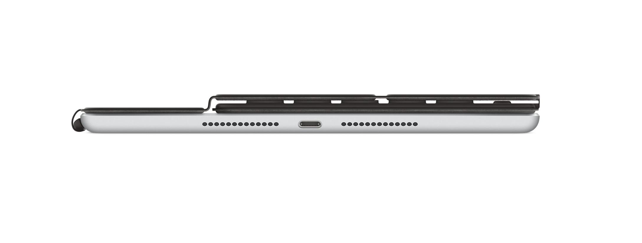iPad 第8世代とSmartkeyboardを合わせて約3cmほど